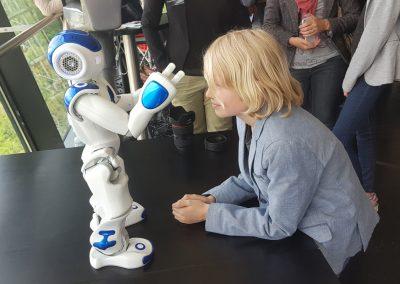 RobotXperience, Kinderen-gefascineerd-door-robot