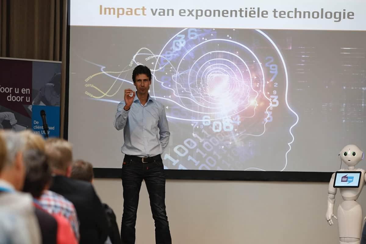 Keynote-spreker-met-robot-impact-robots-en-exponentiele-technologie